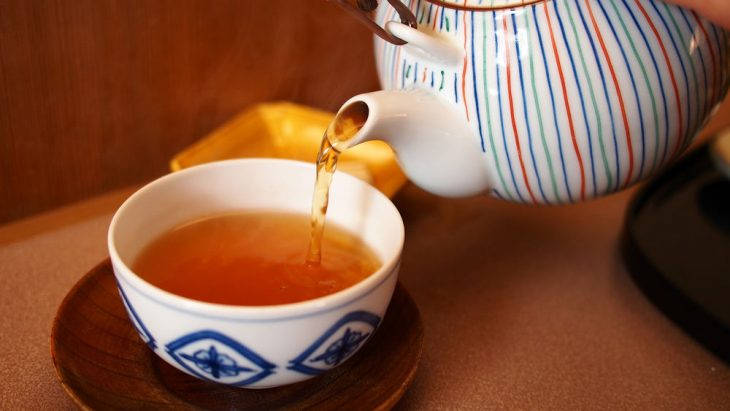 Чай наливают в чашку