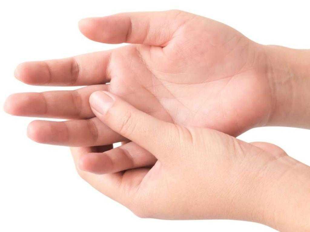 К чему чешется средний палец на руке: обзор и толкование приметы