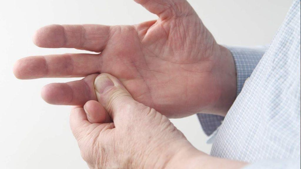 Зачесался мизинец на левой или правой руке: что расскажут народные приметы