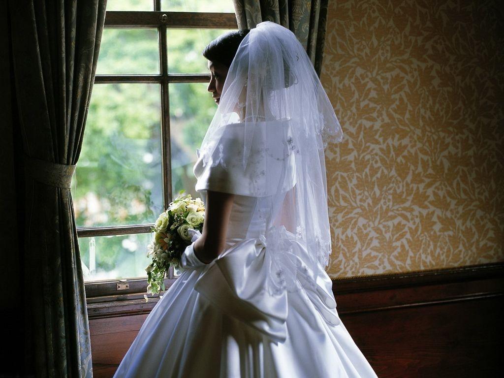 Грустная невеста в свадебном платье
